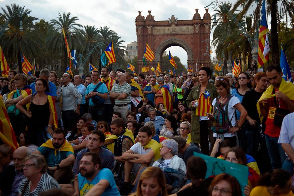 Tausende verfolgten die Rede des katalanischen Regierungschefs in Barcelona.