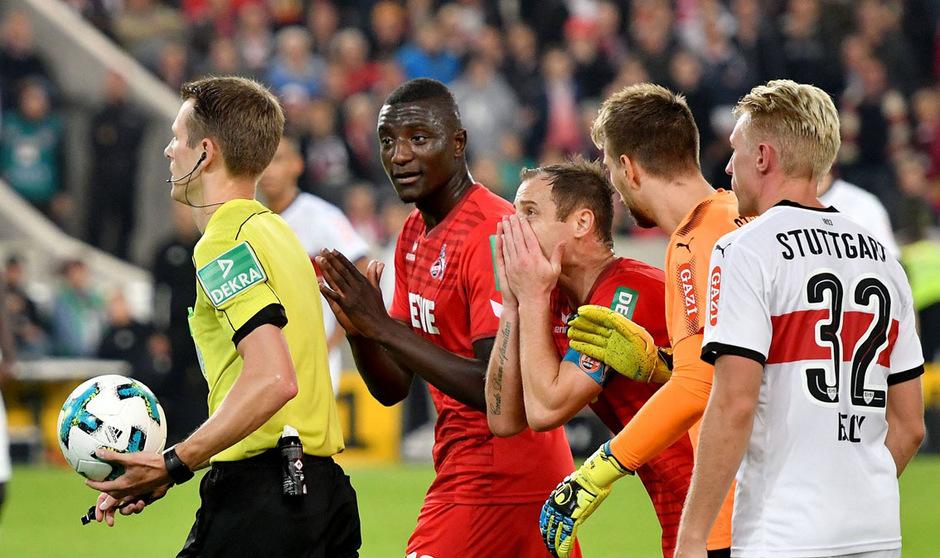 Fassungslosigkeit bei den Kölner Spielern: Schiedsrichter Benjamin Cortus nahm in der Schlussminute einen zuvor gegebenen Elfmeter zurück.
