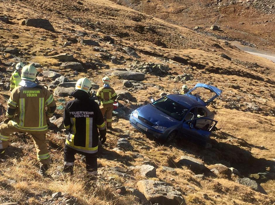 Das Auto stürzte 30 Meter über steiles Gelände.
