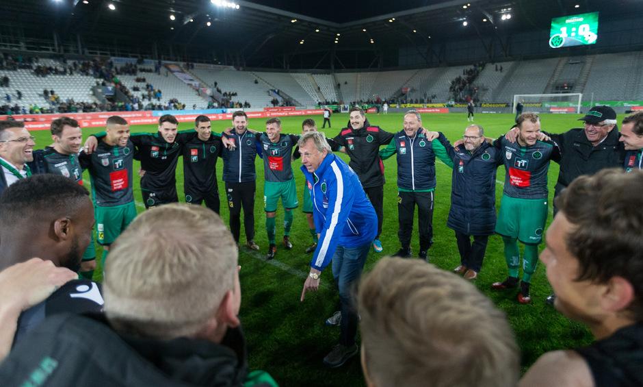 Die schwarzgrüne Spaßgesellschaft nach dem 1:0-Derbyerfolg im Tivolistadion – Chefcoach Karl Daxbacher legte im Kreis seiner Wacker-Kicker, Betreuer und Funktionäre einen flotten Siegestanz auf den Rasen.