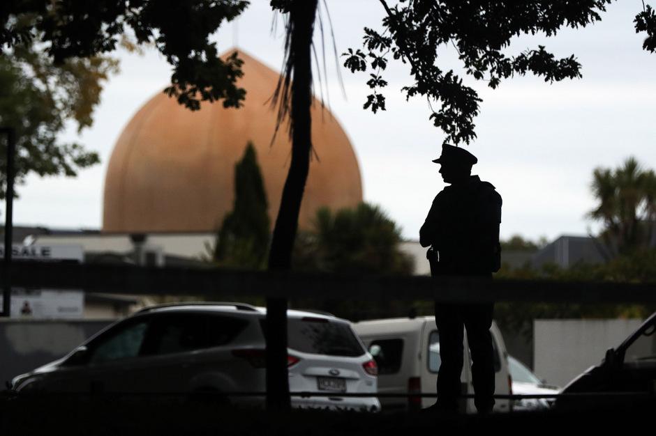 Ein Polizist steht vor der Masjid-Al-Nur-Moschee, wo 41 Menschen ihr Leben verloren.