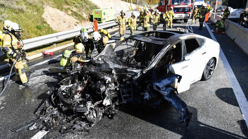Die Frau konnte sich offenbar selbst aus dem brennenden Wagen retten.