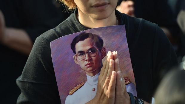 Hunderttausende Thailänder trauern, auch ein Jahr nach seinem Tod, um ihren König.