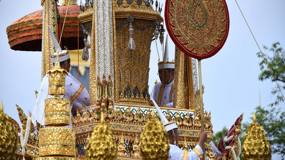 Diese Urne, die durch die Straßen Bangkoks getragen wurde, hat nur eine symbolische Funktion. Bhumibol war der erste thailändische Monarch, der verfügt hatte in einem Sarg eingeäschert zu werden.