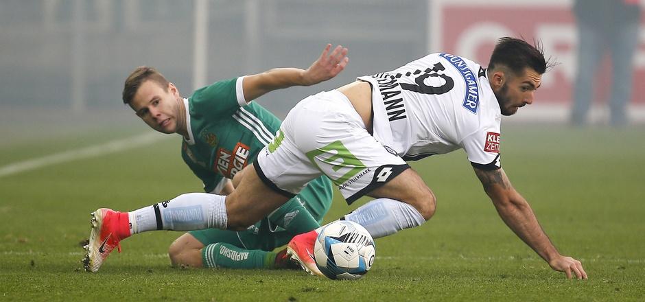 Harter Kampf ohne Sieger: Sturm (Marvin Potzmann) und Rapid (Louis Schaub) trennten sich 0:0-Unentschieden.