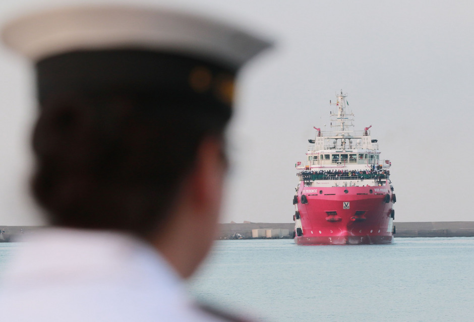 """Ein Rettungsschiff der NGO """"Mediziner ohne Grenzen"""" erreicht Salerno. (Symbolfoto)"""