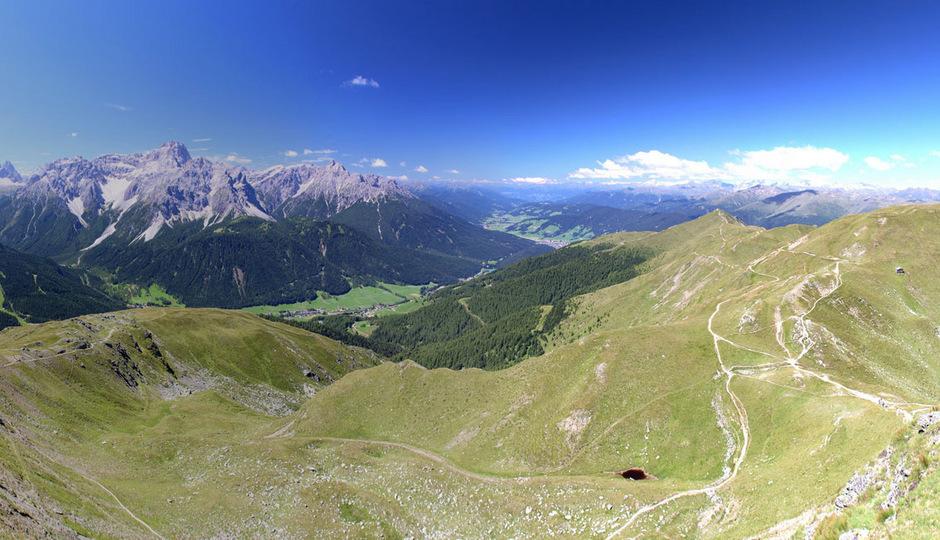 Der Blick vom Hornischegg bietet ein Panorama der Sextner Dolomiten mit dem Südtiroler Skigebiet Rotwand und Hochgruben. Hier soll das grenzüberschreitende Skigebiet entstehen.
