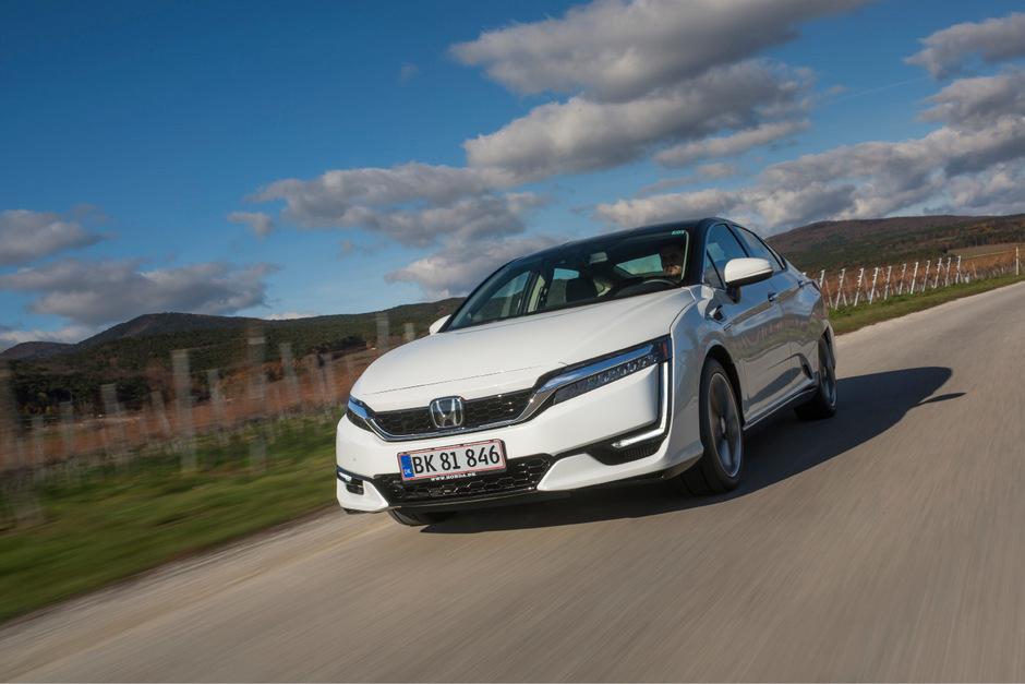 Die Technik von morgen, passend verpackt in einen futuristischen Design-Anzug: Der Honda Clarity fährt mit Wasserstoff elektrisch in die Zukunft.