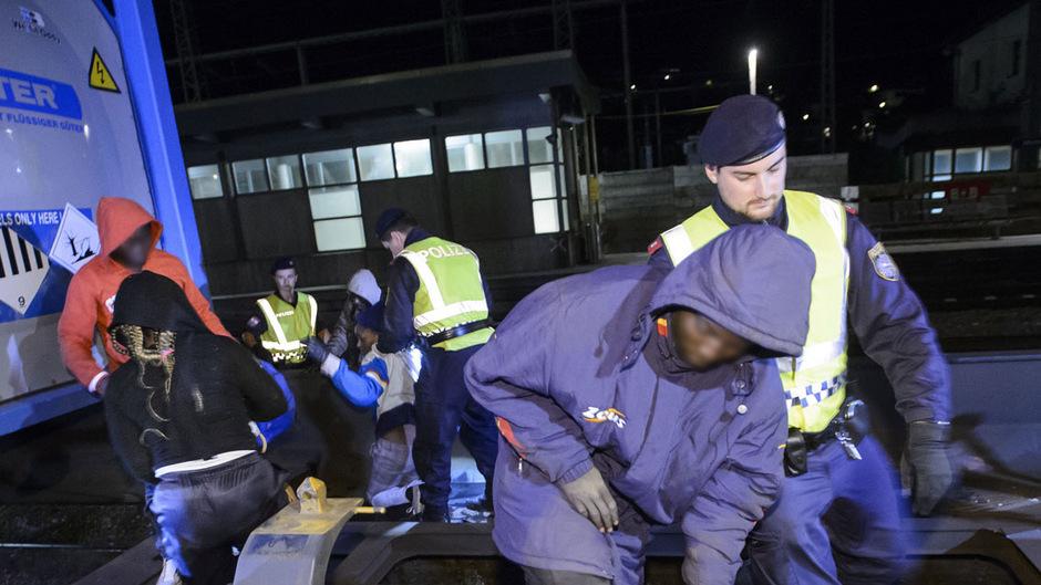Die Güterzüge werden jetzt auch auf Südtiroler Seite von Beamten aus Österreich, Italien und Deutschland kontrolliert, um unerlaubte Migration zu verhindern. Die Zahl der Asylanträge ist heuer in Tirol um 70 Prozent gesunken.
