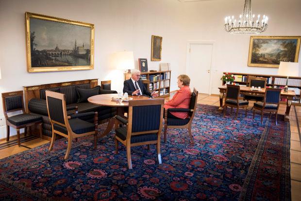 Kanzlerin Angela Merkel und Bundespräsident Frank-Walter Steinmeier berieten am Montag über das weitere Vorgehen.
