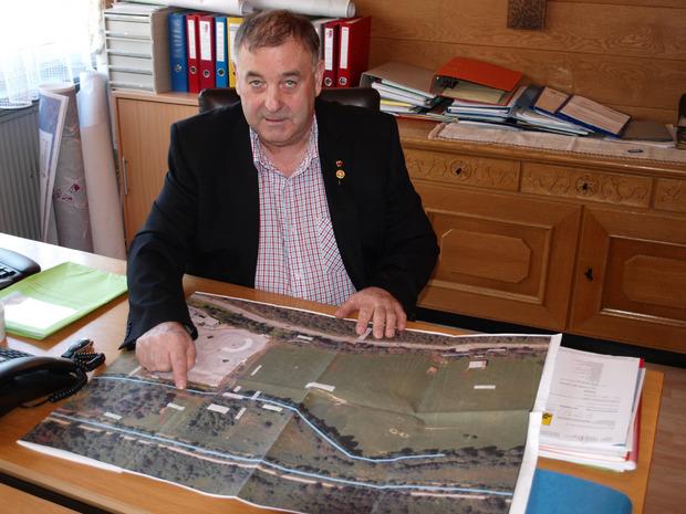 Nassereiths Bürgermeister Herbert Kröll zeigt das einzige Teilstück, das neu zu trassieren ist.