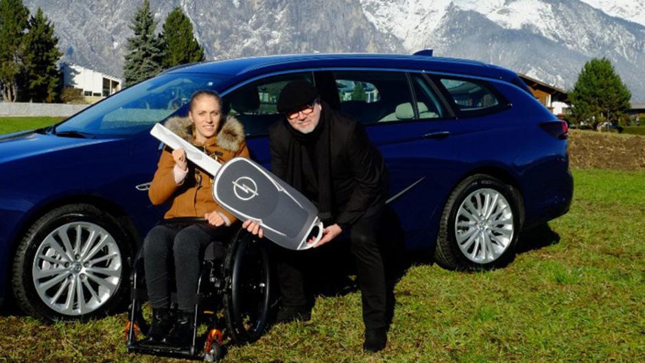 """Schiefe Optik? """"Nein"""", verteidigte Kira Grünbergs Familie zunächst das Geschenk von Opel. Nun will die Abgeordnete das Auto doch selbst erwerben."""