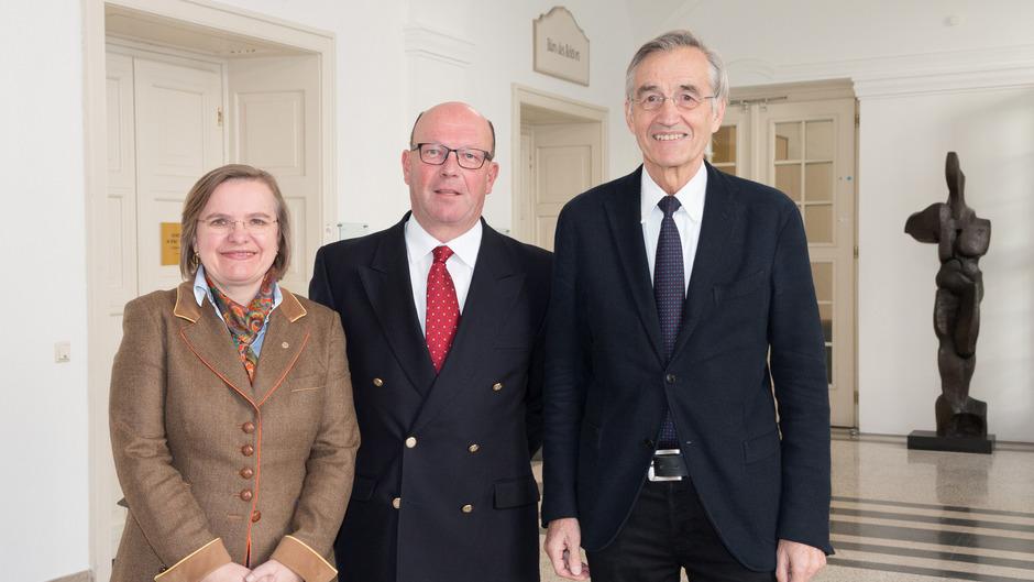 Leonhard Braunizer (mi.) vermittelte als Angehöriger Schrödingers die Leihgaben an Rektor Tilmann Märk und Vizerektorin Ulrike Tanzer.