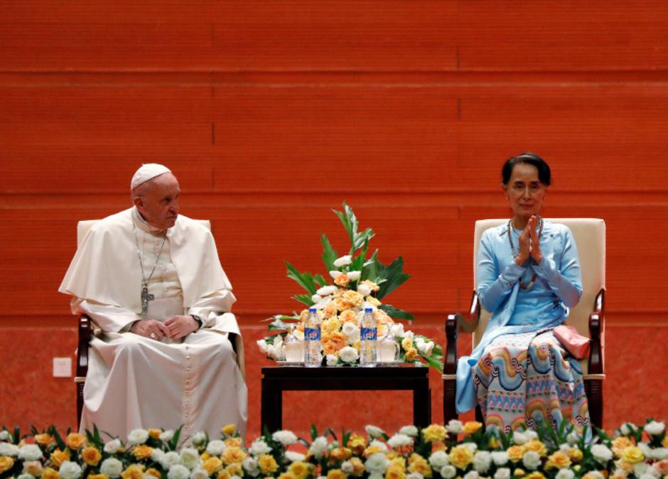 Bei dem Treffen mit der Regierungschefin und international umstrittenen Friedensnobelpreisträgerin Aung San Suu Kyi ging Papst Franziskus nicht direkt auf die Verfolgung der muslimischen Rohingya-Minderheit in Myanmar ein.