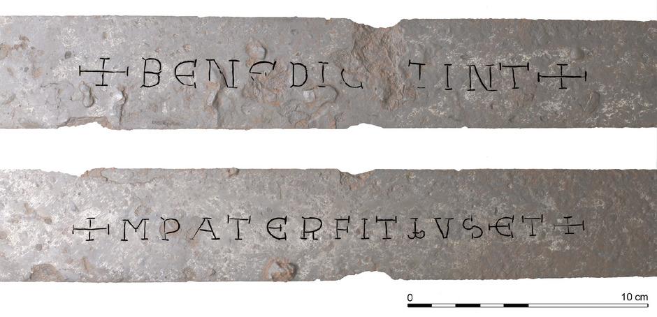 """"""",Benedicat' heißt ,segne'"""", liest Florian Messner einen Teil der Inschrift oben. Die andere Seite sei aufgrund mehrerer Abkürzungen schwieriger zu deuten, möglicherweise als ein """"Im Namen des Vaters...""""."""