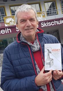 Manfred Jenewein mit dem Venet-Buch.