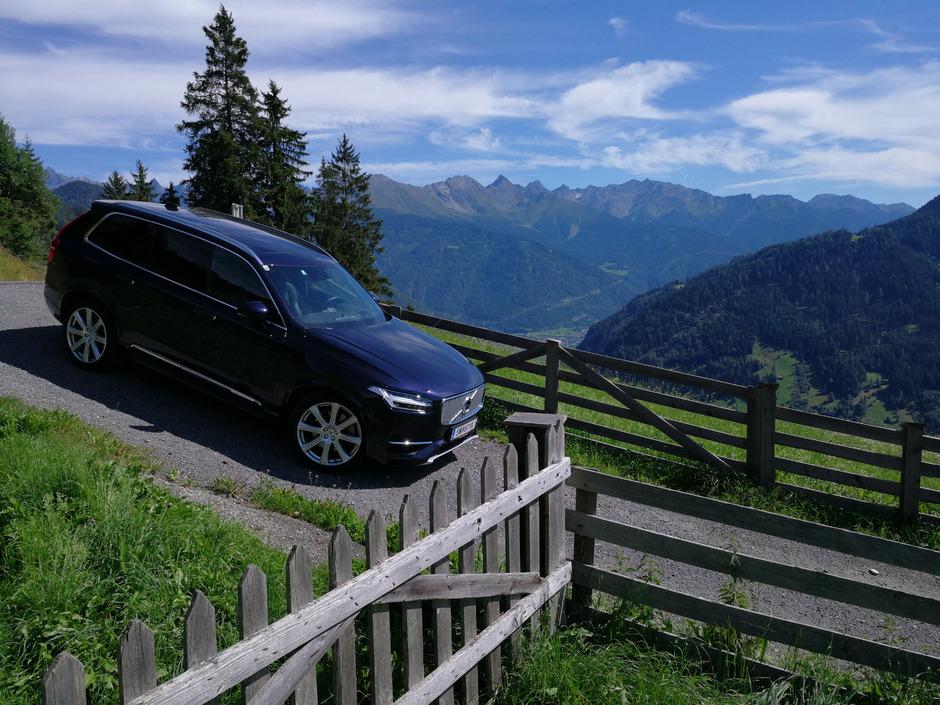 Mit 407 Pferdestärken und Allradantrieb sind alpine Ausflüge sorgenfrei möglich.