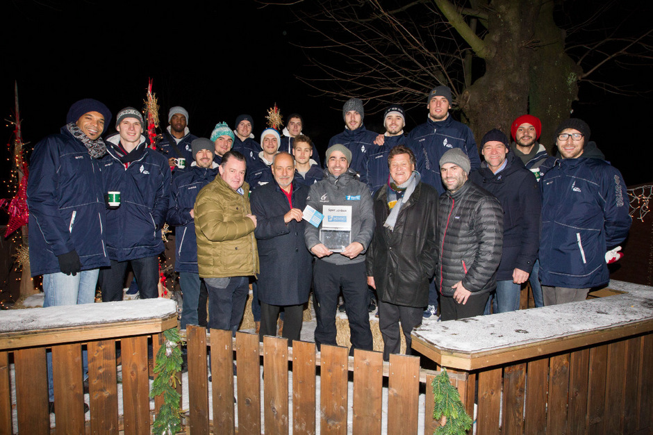 Am Weihnachtsmarkt beim Bierstindl gab es die feierliche Überreichung mit der Mannschaft und Manager Hannes Kronthaler (3.v.r.).