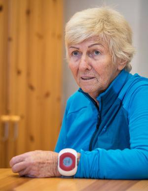 Testerin Edeltraud Auer mit der neuen Notfall-Uhr, die auch außer Haus funktioniert.