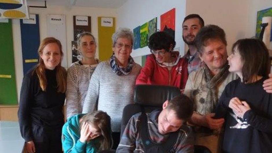 Erika Bradl (Mitte) und Juliane Geisler kümmern sich im Caritas-Zentrum Zillertal seit 20 Jahren um Menschen mit Handicap.
