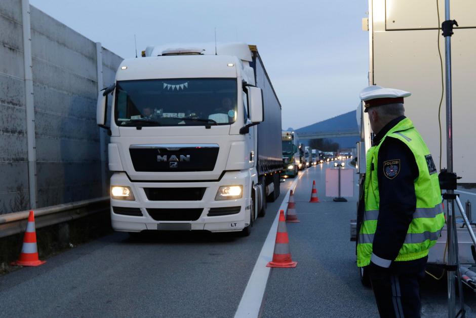Maximal 300 Lkw pro Stunde werden von der Tiroler Polizei auf der A12 bei Kufstein Nord Richtung Brenner durchgewunken.