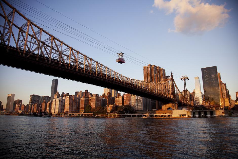 Die Roosevelt-Pendelbahn führt über den East River in New York.