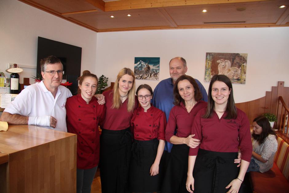 Ein Abschiedsfoto: Paul (l.) und Barbara Jehle (2.v.r.) mit ihren Töchtern Jasmin, Julia, Johanna und Jelena und BM Martin Auer (hinten).