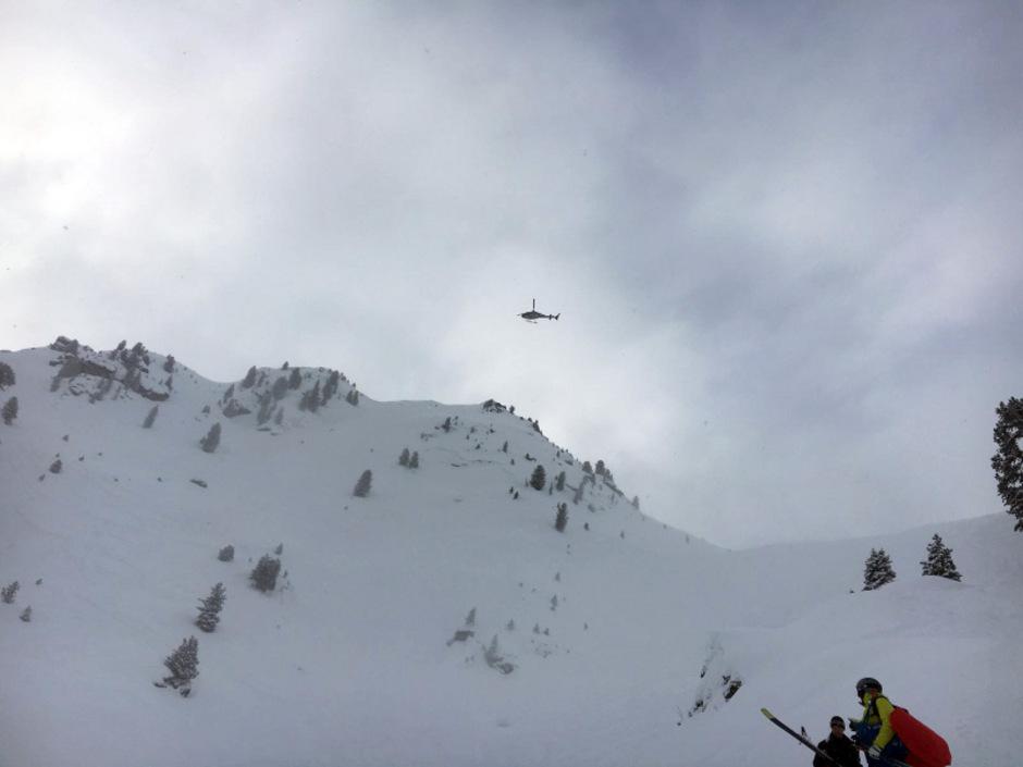 Der Rettungshelikopter über dem Lawinenkegel.