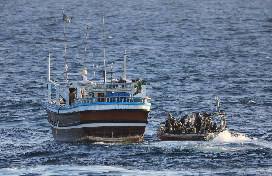 """Die Besatzung der """"HMAS Warramunga"""" durchsuchte drei verdächtige Schiffe in dem Meeresgebiet zwischen der arabischen Halbinsel und Indien."""