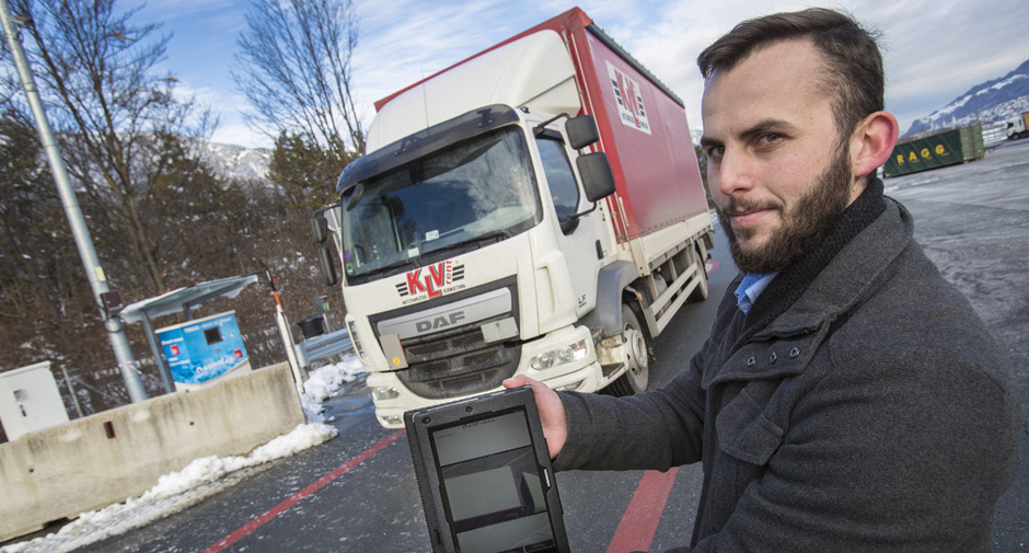 Jung-Erfinder Simon Zigala (l.) präsentiert stolz die App, die das Lkw-Fahrer-Leben erleichtern soll.