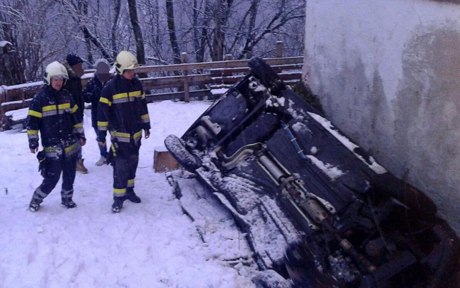 In Mühlbachl kam ein Fahrzeug von der Straße ab und rutschte gegen ein Haus.