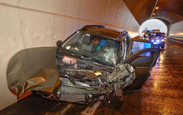 In Silz prallte ein Auto auf der Autobahn gegen das Tunnelportal der Simmeringgalerie.