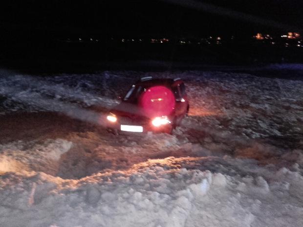 Das Auto wurde von einer Nassschneelawine erfasst und von der Straße geschoben.
