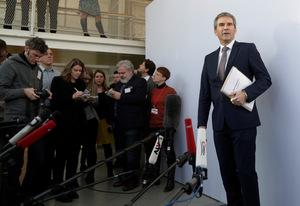 Finanzminister Hartwig Löger stellt sich Medienleuten.