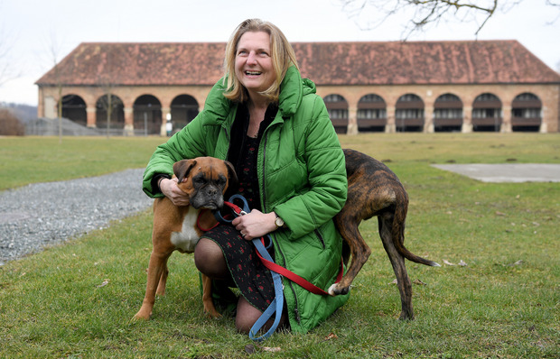 """ußenministerin Karin Kneissl hat ihre Hunde """"Winston"""" und """"Jackie"""" mit dabei."""