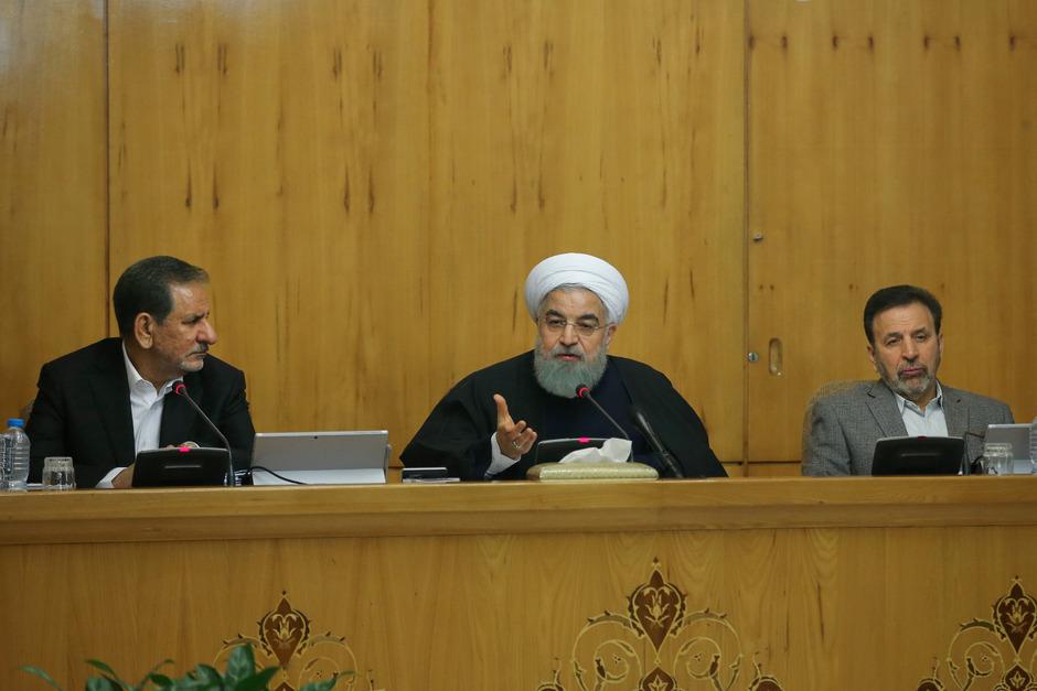 Hassan Rouhani (Mitte) bei einer Kabinettssitzung.
