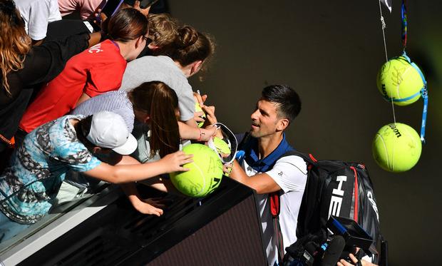 Ein gut gelaunter Novak Djokovic schrieb nach seinem Auftaktsieg fleißig Autogramme.