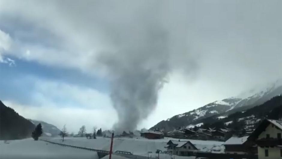 """Bei dem auf Video festgehaltenen Wetterphänomen handelt es sich laut ZAMG entweder um einen F0-Tornado (schwächste Klasse), oder einen sogenannten """"Gustnado""""."""