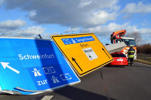 Ein Verkehrsschild stürzte bei Erfurt auf eine Auto. Verletzt wurde niemand.