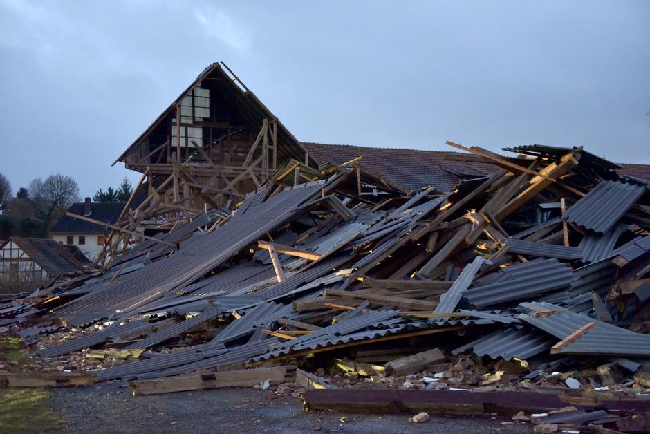 In Hessen stürzte ein Gebäude eines Bauernhofs ein.