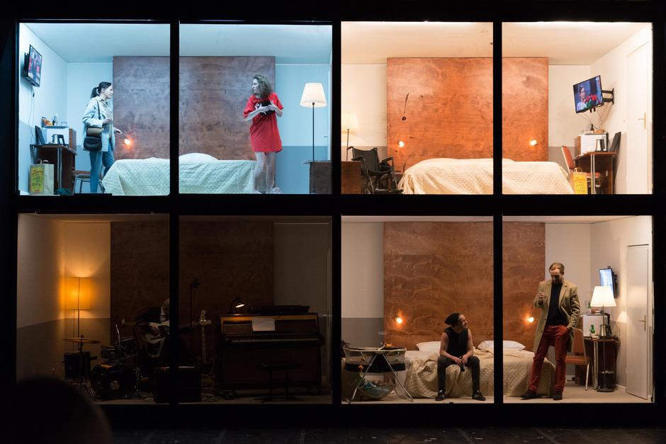 "Barbara Horvath, Franziska Hackl, Martin Wuttke, Max Rothbart und Simon Zagermann in ""Hotel Strindberg"" im Akademietheater."