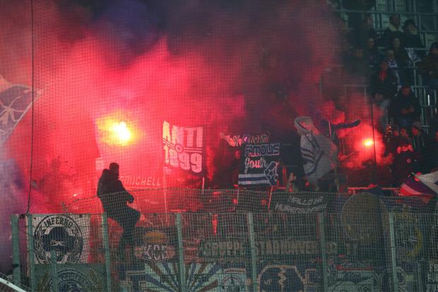 Auf den Tribünen brannten beim Wiener Derby die Bengalos.