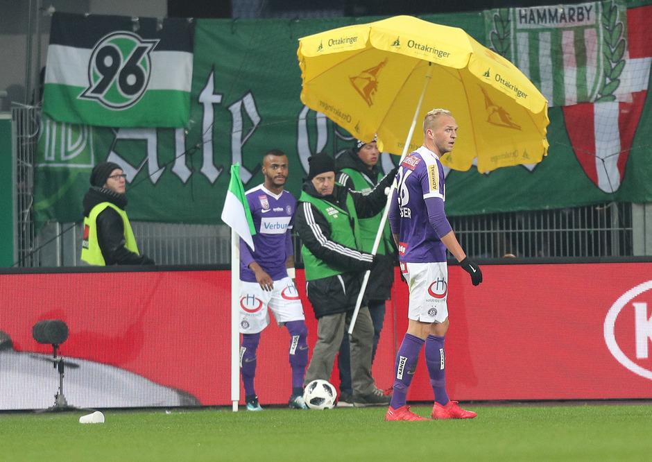 Die Austria-Spieler  Felipe Pires (l.) und Raphael Holzhauser wurden mit Gegenständen beworfen.