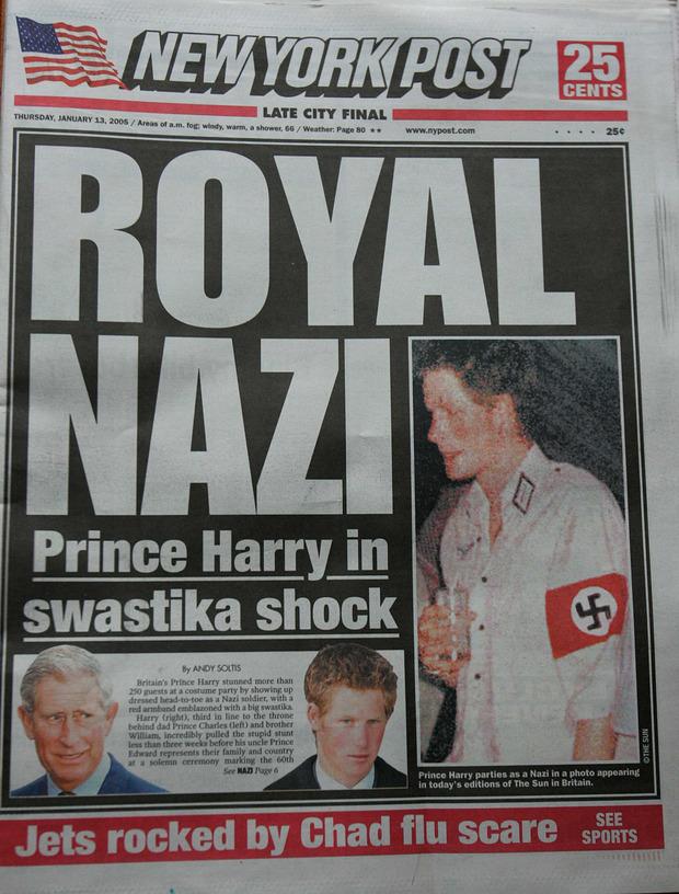 """Mit seinem """"Nazi""""-Kostüm schaffte es Prinz Harry im Jänner 2005 auf die Titelseite mehrere Zeitungen und erntete heftige Kritik."""