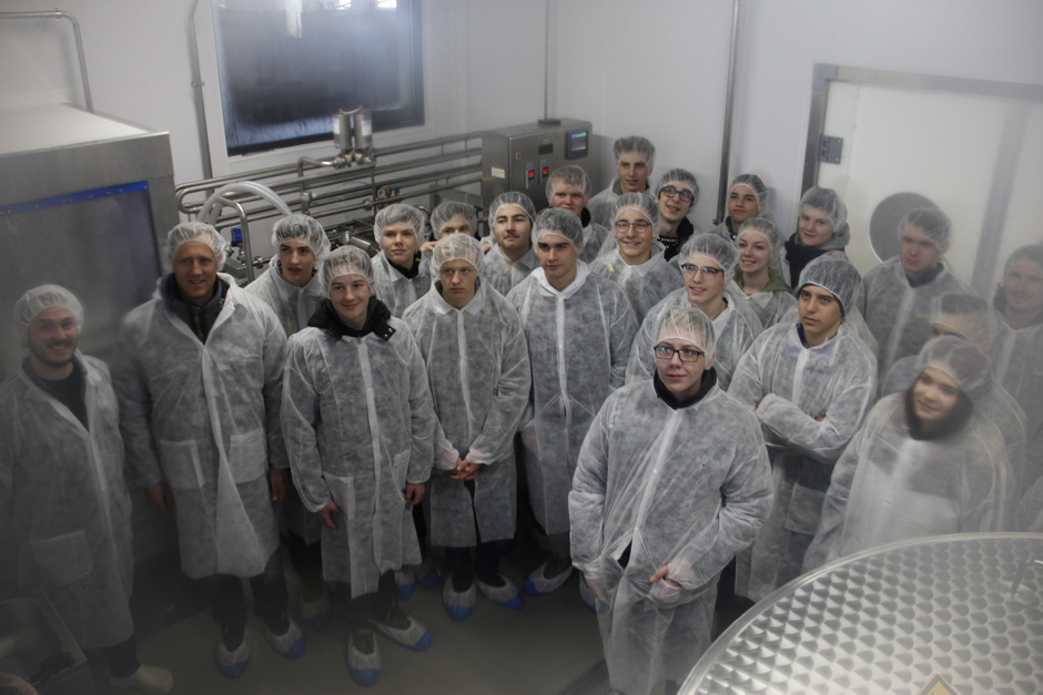 """Die Schülerinnen und Schüler der Polytechnischen Schule in Brixen statteten kürzlich den """"Milchbuben"""" einen Besuch ab und machten sich ein Bild von der Produktion."""