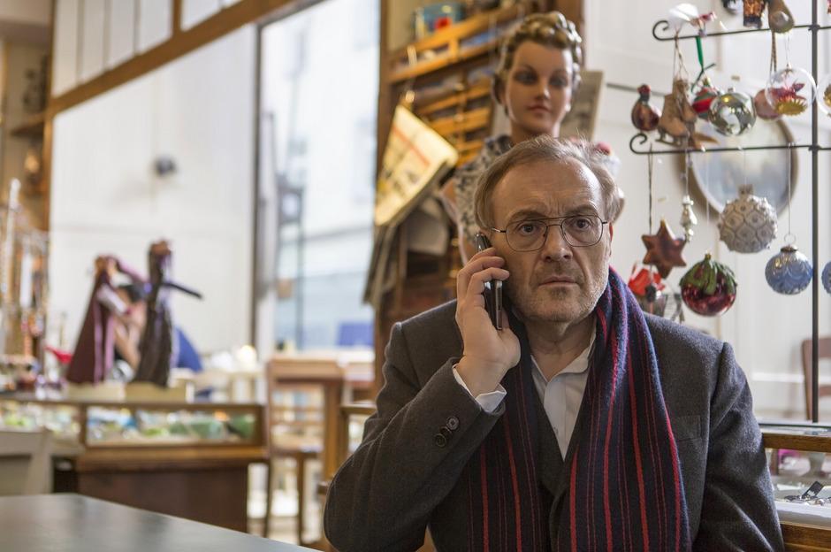 """Josef Hader spielt in """"Arthur & Claire"""" den krebskranken Arthur, der zum Sterben nach Amsterdam reist und dort die Liebe findet."""