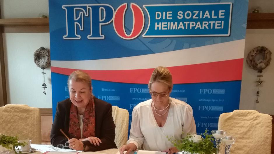 Gesundheits- und Sozialministerin Hartinger-Klein (l.) – hier mit Carmen Schimanek – will die Ausbildung der Allgemeinmediziner fördern.