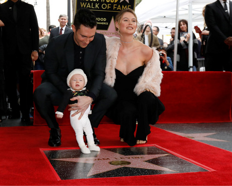 Adam Levine mit Gattin Behati Prinsloo und Töchterchen Dusty Rose. 29178cbbebbd