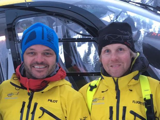Christoph Grünbacher und Flugretter Hannes Grander (v.l.) waren beim Dreh in Going mit dabei.