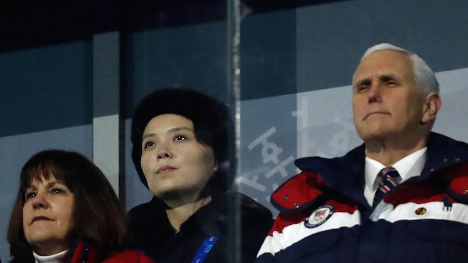 Bei der Eröffnungsfeier der Olympischen Winterspiele saß Kim Jong-uns Schwester Kim Yo Jong direkt hinter Mike Pence. Der US-Vizepräsident zeigte der Nordkoreanerin demonstrativ die kalte Schulter.